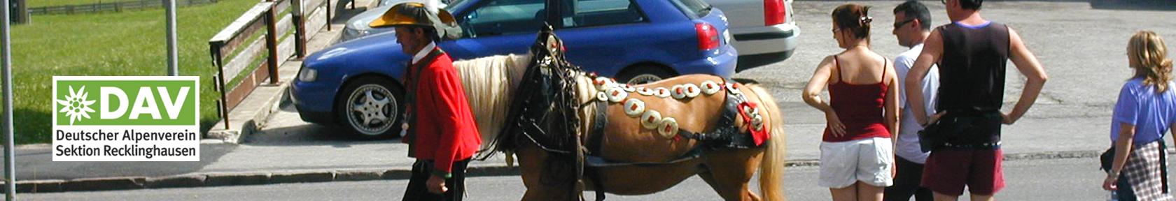 Pferd mit Tracht li